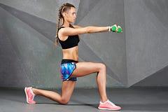 Jeune femme exerçant la séance d'entraînement de sport Photographie stock libre de droits