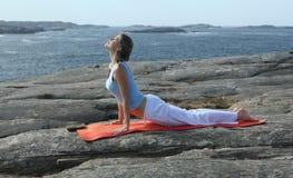 Jeune femme exerçant le yoga de pouvoir Images stock