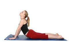 Jeune femme expliquant la pose de cobra dans le yoga Images stock