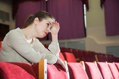 Jeune femme expressive impressionnée par exposition de théâtre Photographie stock