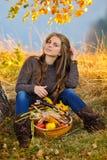Jeune femme extérieur en automne Images libres de droits
