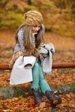 Jeune femme extérieur en automne photo stock