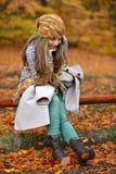 Jeune femme extérieur en automne photos libres de droits