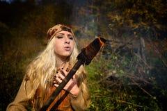 Jeune femme extérieure le jour d'automne tenant le torc brûlant Photographie stock