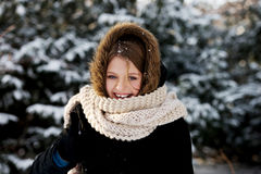 Jeune femme extérieure pendant l'hiver Photographie stock