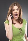 Jeune femme fâchée criant au téléphone portable Photos stock