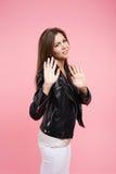 Jeune femme fâchée de portrait de plan rapproché jugeant le signe de mains SA aucun Photographie stock