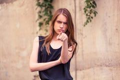Jeune femme fâchée montrant l'index à l'appareil-photo Photographie stock