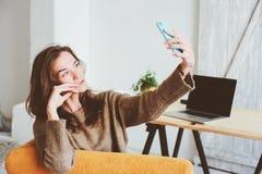 jeune femme féminine de blogger faisant le selfie ou la radiodiffusion en ligne sur le media social seul photographie stock