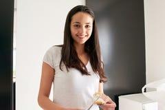 Jeune femme faisant cuire dans la cuisine Photos libres de droits