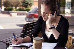 Jeune femme faisant des écritures Photos libres de droits