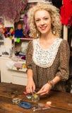 Jeune femme faisant des bijoux de bracelet Photo stock