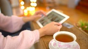 Jeune femme faisant des emplettes en ligne Fille à l'aide de la tablette numérique à l'intérieur Plan rapproché Magasin d'habille clips vidéos
