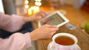 Jeune femme faisant des emplettes en ligne Fille à l'aide de la tablette numérique à l'intérieur Plan rapproché Magasin d'habille banque de vidéos