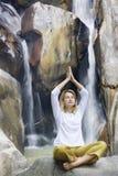 Jeune femme faisant des exercices de yoga photographie stock