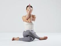 Jeune femme faisant des exercices de yoga fille en bonne santé de sport d'ajustement image stock