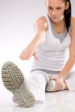 Jeune femme faisant des exercices sur le fond blanc Photos libres de droits