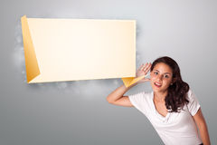Jeune femme faisant des gestes avec l'espace moderne de copie d'origami Image libre de droits