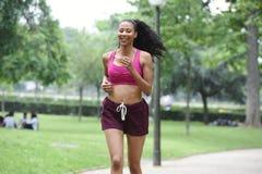 Jeune femme faisant des sports en nature Photographie stock libre de droits