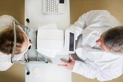 Jeune femme faisant examiner ses yeux par un oeil photos libres de droits