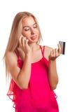 Jeune femme faisant l'achat en ligne Photo stock