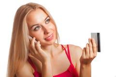 Jeune femme faisant l'achat en ligne Photographie stock libre de droits