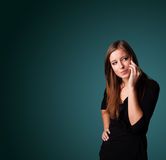 Jeune femme faisant l'appel téléphonique avec l'espace de copie Image stock
