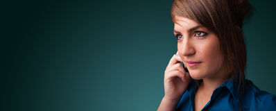 Jeune femme faisant l'appel téléphonique avec l'espace de copie Images stock