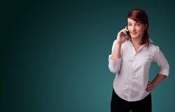 Jeune femme faisant l'appel téléphonique avec l'espace de copie Photographie stock libre de droits