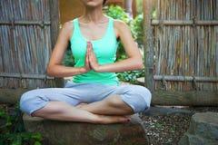 Jeune femme faisant l'asana de yoga le soir Photo stock