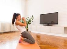 Jeune femme faisant l'exercice dans la chambre photo stock