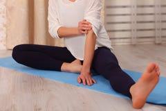 Jeune femme faisant l'exercice de détente à la maison Style de vie sain Méditation de pratique femelle caucasienne méconnaissable Images stock