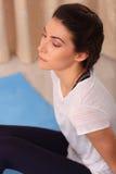 Jeune femme faisant l'exercice de détente méditant de yoga à la maison Style de vie sain méditation de pratique femelle sur le pl Images libres de droits