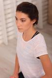 Jeune femme faisant l'exercice de détente méditant de yoga à la maison Style de vie sain méditation de pratique femelle sur le pl Photographie stock libre de droits