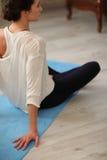 Jeune femme faisant l'exercice de détente méditant de yoga à la maison Style de vie sain Meditati de pratique femelle caucasien m Photos stock