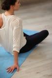 Jeune femme faisant l'exercice de détente méditant de yoga à la maison Style de vie sain Meditati de pratique femelle caucasien m Photo libre de droits