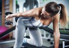 Jeune femme faisant l'exercice de triceps Images stock