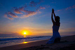 Jeune femme faisant l'exercice de yoga Image stock