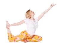 Jeune femme faisant l'exercice de yoga Photos libres de droits
