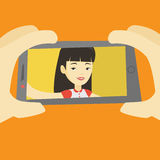 Jeune femme faisant l'illustration de vecteur de selfie Image stock