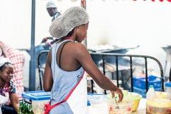 Jeune femme faisant la cuisine photographie stock