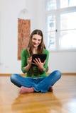 Jeune femme faisant la datation en ligne photos libres de droits