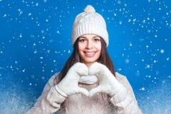 Jeune femme faisant la forme de coeur avec des mains Hiver d'amour Joli y Photos libres de droits