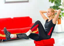 Jeune femme faisant la forme physique Photos stock
