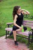 Jeune femme faisant la forme physique photographie stock libre de droits