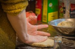 Jeune femme faisant la pâtisserie domestique photographie stock libre de droits