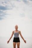 Jeune femme faisant la position de yoga photographie stock