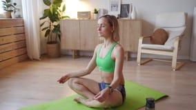 Jeune femme faisant la séance d'entraînement à la maison Femme caucasienne faisant des exercices de poids du corps sur le tapis d clips vidéos