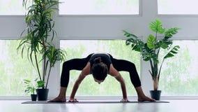 Jeune femme faisant la s?ance d'entra?nement de yoga ? la maison banque de vidéos