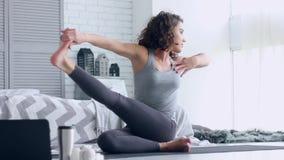 Jeune femme faisant la s?ance d'entra?nement de yoga ? la maison clips vidéos